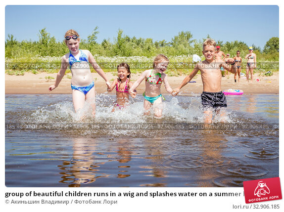 group of beautiful children runs in a wig and splashes water on a summer hot sunny day. Стоковое фото, фотограф Акиньшин Владимир / Фотобанк Лори