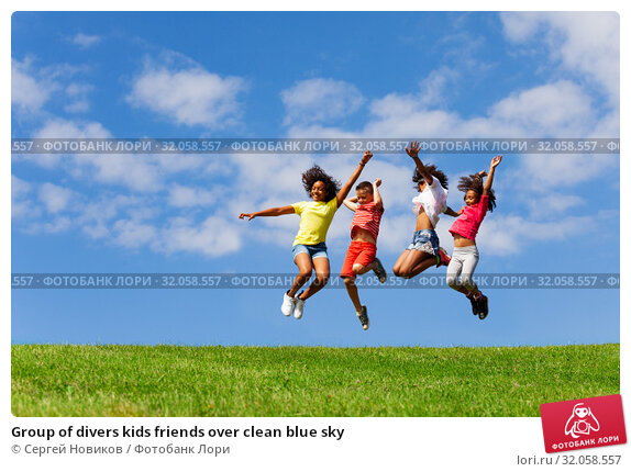 Group of divers kids friends over clean blue sky. Стоковое фото, фотограф Сергей Новиков / Фотобанк Лори