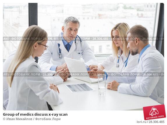 Купить «Group of medics discuss x-ray scan», фото № 28306485, снято 25 июня 2017 г. (c) Иван Михайлов / Фотобанк Лори