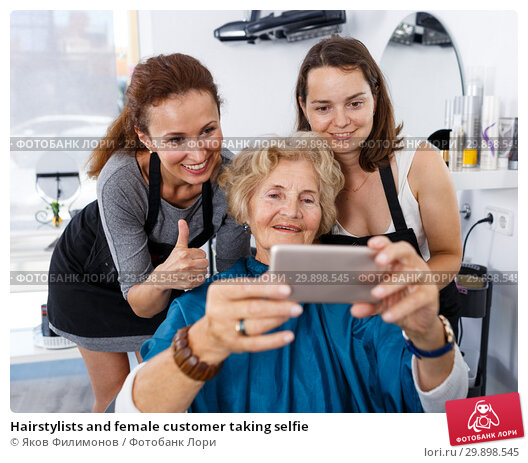 Купить «Hairstylists and female customer taking selfie», фото № 29898545, снято 26 июня 2018 г. (c) Яков Филимонов / Фотобанк Лори