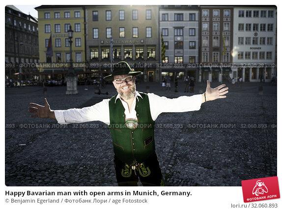 Happy Bavarian man with open arms in Munich, Germany. Стоковое фото, фотограф Benjamin Egerland / age Fotostock / Фотобанк Лори