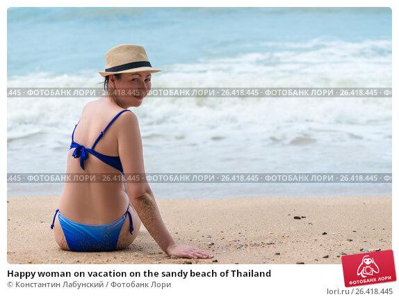 Купить «Happy woman on vacation on the sandy beach of Thailand», фото № 26418445, снято 5 ноября 2016 г. (c) Константин Лабунский / Фотобанк Лори