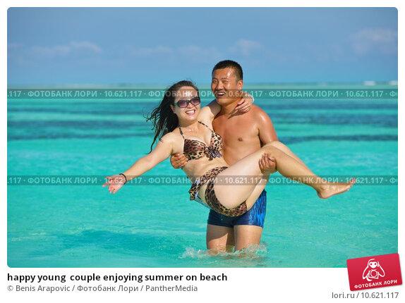 happy young  couple enjoying summer on beach. Стоковое фото, фотограф benis arapovic / PantherMedia / Фотобанк Лори