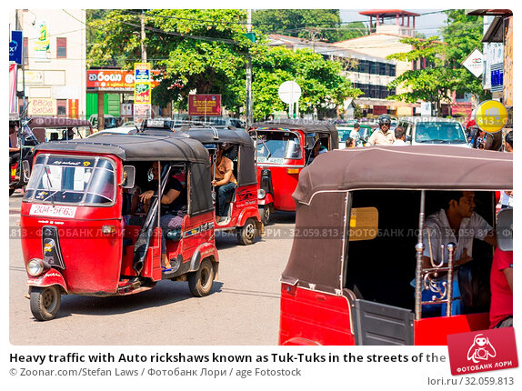 Heavy traffic with Auto rickshaws known as Tuk-Tuks in the streets of the major city Galle. The little car is common form of urban transport. Стоковое фото, фотограф Zoonar.com/Stefan Laws / age Fotostock / Фотобанк Лори