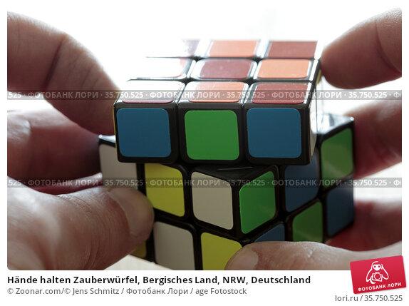Hände halten Zauberwürfel, Bergisches Land, NRW, Deutschland. Стоковое фото, фотограф Zoonar.com/© Jens Schmitz / age Fotostock / Фотобанк Лори