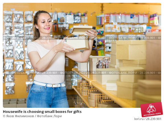 Купить «Housewife is choosing small boxes for gifts», фото № 28239901, снято 19 апреля 2017 г. (c) Яков Филимонов / Фотобанк Лори
