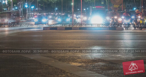 Купить «Hyperlapse of night city traffic on street intersection. Timelapse of cars and motorbikes movement.», видеоролик № 30949885, снято 1 декабря 2018 г. (c) Александр Маркин / Фотобанк Лори