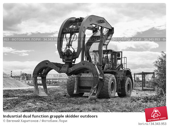Купить «Indusrtial dual function grapple skidder outdoors», фото № 34343953, снято 29 мая 2020 г. (c) Евгений Харитонов / Фотобанк Лори