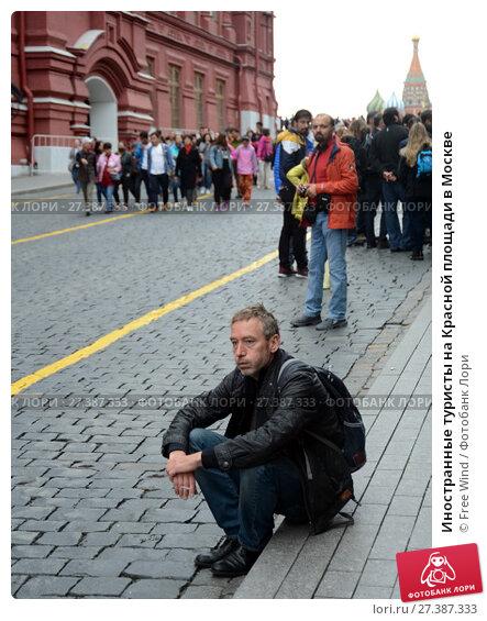 Купить «Иностранные туристы на Красной площади в Москве», фото № 27387333, снято 25 июня 2017 г. (c) Free Wind / Фотобанк Лори