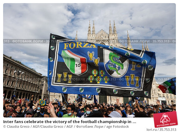 Inter fans celebrate the victory of the football championship in ... Редакционное фото, фотограф Claudia Greco / AGF/Claudia Greco / AGF / age Fotostock / Фотобанк Лори