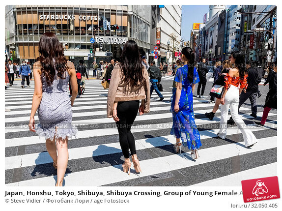 Japan, Honshu, Tokyo, Shibuya, Shibuya Crossing, Group of Young Female Asian Models Crossing Street. Стоковое фото, фотограф Steve Vidler / age Fotostock / Фотобанк Лори