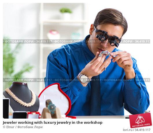 Jeweler working with luxury jewelry in the workshop. Стоковое фото, фотограф Elnur / Фотобанк Лори