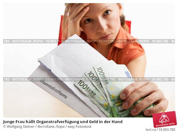 Купить «Junge Frau hällt Organstrafverfügung und Geld in der Hand», фото № 19003785, снято 10 декабря 2018 г. (c) easy Fotostock / Фотобанк Лори