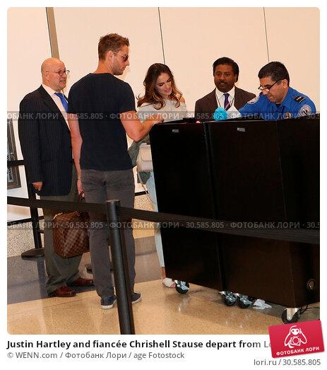 Купить «Justin Hartley and fiancée Chrishell Stause depart from Los Angeles International (LAX) Airport Featuring: Justin Hartley, Chrishell Stause Where: Los...», фото № 30585805, снято 15 июня 2017 г. (c) age Fotostock / Фотобанк Лори