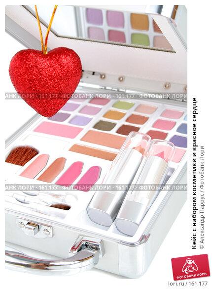 Кейс с набором косметики и красное сердце, фото № 161177, снято 25 июня 2007 г. (c) Александр Паррус / Фотобанк Лори