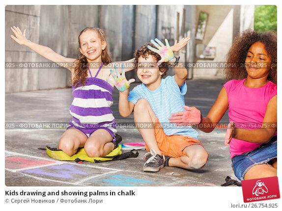 Купить «Kids drawing and showing palms in chalk», фото № 26754925, снято 17 июня 2017 г. (c) Сергей Новиков / Фотобанк Лори
