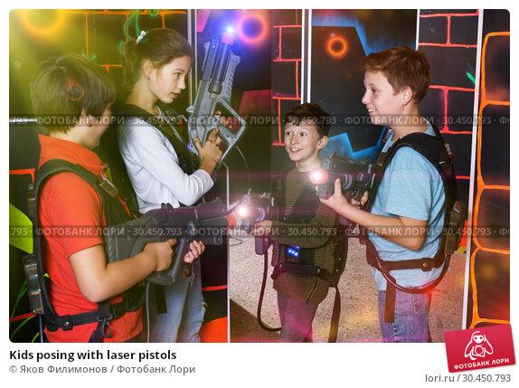 Kids posing with laser pistols. Стоковое фото, фотограф Яков Филимонов / Фотобанк Лори