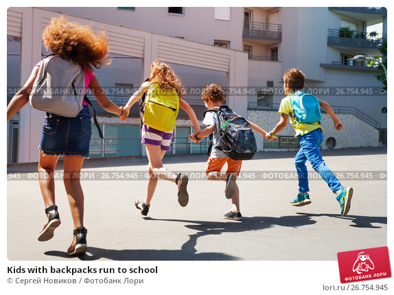 Купить «Kids with backpacks run to school», фото № 26754945, снято 17 июня 2017 г. (c) Сергей Новиков / Фотобанк Лори