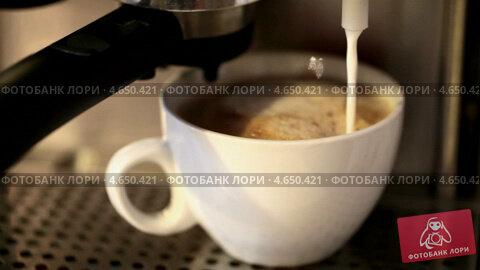 Купить «Кофемашина наливает молоко в белую чашку с капучино», видеоролик № 4650421, снято 21 мая 2013 г. (c) EugeneSergeev / Фотобанк Лори