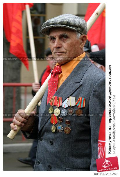 Коммунист на первомайской демонстрации, эксклюзивное фото № 215289, снято 1 мая 2005 г. (c) Ирина Мойсеева / Фотобанк Лори