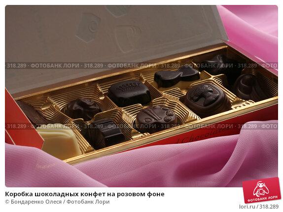 Коробка шоколадных конфет на розовом фоне, фото № 318289, снято 10 июня 2008 г. (c) Бондаренко Олеся / Фотобанк Лори