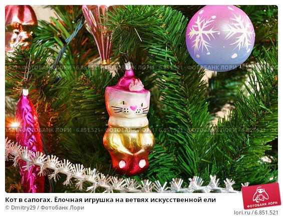 Купить «Кот в сапогах. Ёлочная игрушка на ветвях искусственной ели», эксклюзивное фото № 6851521, снято 27 декабря 2014 г. (c) Dmitry29 / Фотобанк Лори