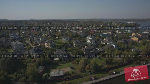 Купить «Коттеджный поселок на озере. Видео с дрона», видеоролик № 21711321, снято 18 апреля 2019 г. (c) kinocopter / Фотобанк Лори