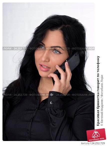 devushka-bryunetka-razgovarivaet-po-telefonu-foto