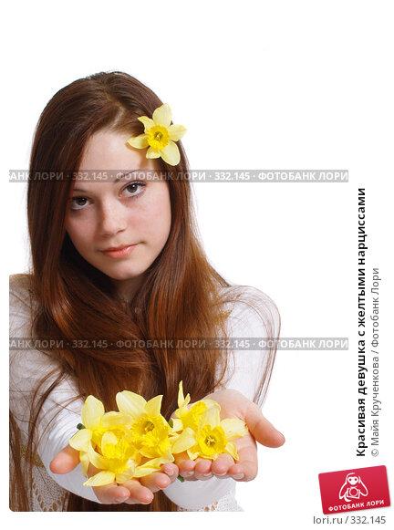 Красивая девушка с желтыми нарциссами, фото № 332145, снято 16 апреля 2008 г. (c) Майя Крученкова / Фотобанк Лори