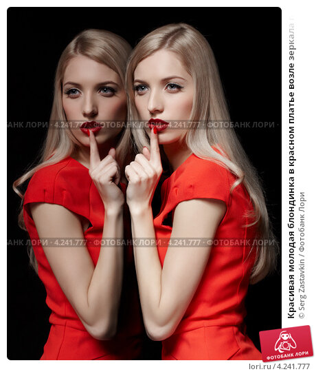 Красивая блондинка у зеркала