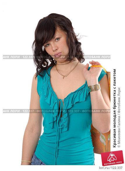 Купить «Красивая молодая брюнетка с пакетом», фото № 122337, снято 28 октября 2007 г. (c) Моисеева Галина / Фотобанк Лори