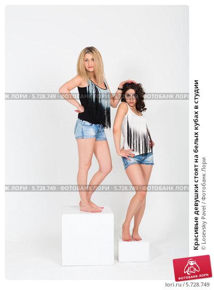 Купить «Красивые девушки стоят на белых кубах в студии», фото № 5728749, снято 4 марта 2013 г. (c) Losevsky Pavel / Фотобанк Лори