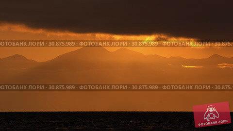 Купить «Красивый вечерний морской пейзаж, облака, подсвеченные солнцем на закате, с видом на горы на горизонте. Time lapse», видеоролик № 30875989, снято 20 мая 2019 г. (c) А. А. Пирагис / Фотобанк Лори