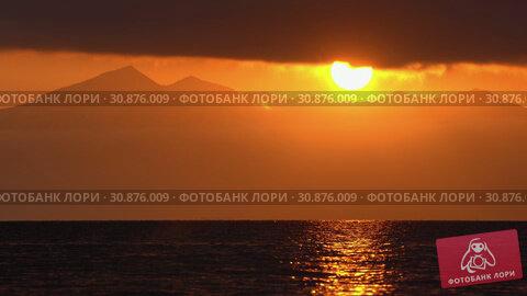 Купить «Красивый вечерний морской пейзаж, облака, подсвеченные солнцем на закате, с видом на горы на горизонте. Time lapse», видеоролик № 30876009, снято 20 мая 2019 г. (c) А. А. Пирагис / Фотобанк Лори