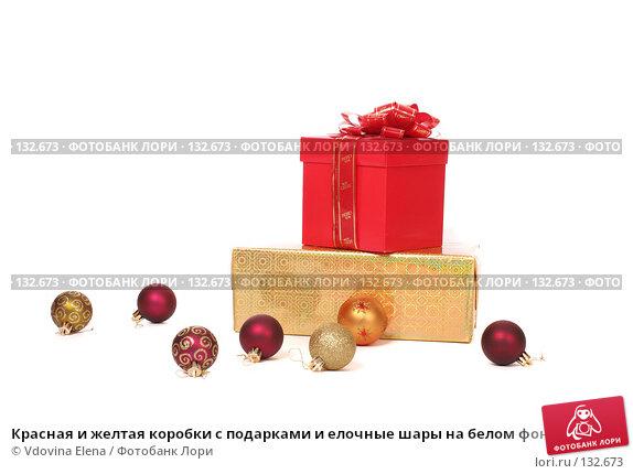 Красная и желтая коробки с подарками и елочные шары на белом фоне, фото № 132673, снято 15 ноября 2007 г. (c) Vdovina Elena / Фотобанк Лори