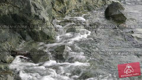 Купить «Кристально чистая вода, волны Тихого океана бьют о скалистый берег во время прилива», видеоролик № 32154061, снято 15 августа 2019 г. (c) А. А. Пирагис / Фотобанк Лори