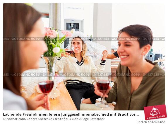 Lachende Freundinnen feiern Junggesellinnenabschied mit Braut vor... Стоковое фото, фотограф Zoonar.com/Robert Kneschke / age Fotostock / Фотобанк Лори