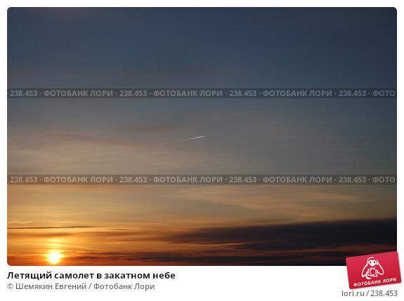 Летящий самолет в закатном небе, фото № 238453, снято 25 июня 2017 г. (c) Шемякин Евгений / Фотобанк Лори
