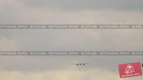 Line of planes in the sky. Стоковое видео, видеограф Игорь Жоров / Фотобанк Лори