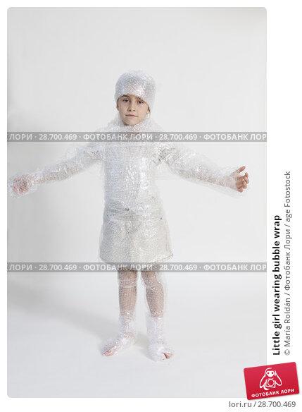 Купить «Little girl wearing bubble wrap», фото № 28700469, снято 9 ноября 2017 г. (c) age Fotostock / Фотобанк Лори
