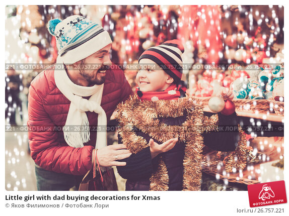 Little girl with dad buying decorations for Xmas, фото № 26757221, снято 20 сентября 2017 г. (c) Яков Филимонов / Фотобанк Лори