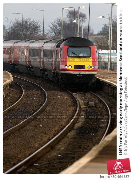 LNER train arriving early morning at Montrose Scotland en route to Kings Cross LONDON UK. Стоковое фото, фотограф Eric Farrelly / age Fotostock / Фотобанк Лори