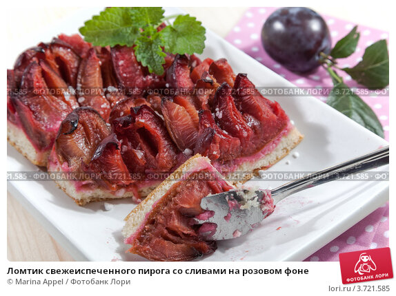 Купить «Ломтик свежеиспеченного пирога со сливами на розовом фоне», фото № 3721585, снято 20 января 2018 г. (c) Marina Appel / Фотобанк Лори