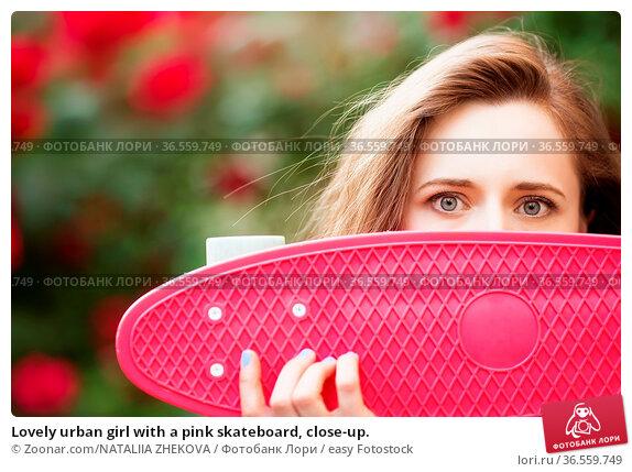 Lovely urban girl with a pink skateboard, close-up. Стоковое фото, фотограф Zoonar.com/NATALIIA ZHEKOVA / easy Fotostock / Фотобанк Лори