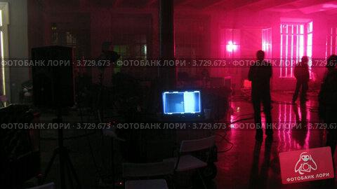 Купить «Люди готовятся к съемке видеоклипа в студии», видеоролик № 3729673, снято 19 декабря 2010 г. (c) Losevsky Pavel / Фотобанк Лори