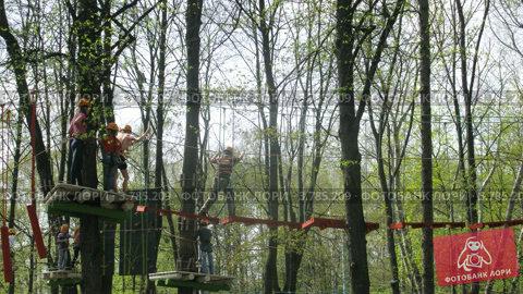 Купить «Люди идут по веревочному мосту в парке развлечений Панда (таймлапс)», видеоролик № 3785209, снято 29 мая 2012 г. (c) Losevsky Pavel / Фотобанк Лори