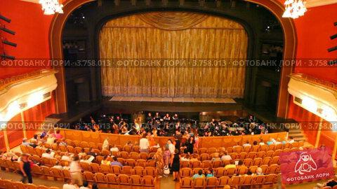 Купить «Люди садятся на свои места в театре», видеоролик № 3758013, снято 27 сентября 2011 г. (c) Losevsky Pavel / Фотобанк Лори