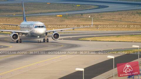 Купить «Lufthansa Airbus 320 taxiing», видеоролик № 30313385, снято 19 июля 2017 г. (c) Игорь Жоров / Фотобанк Лори