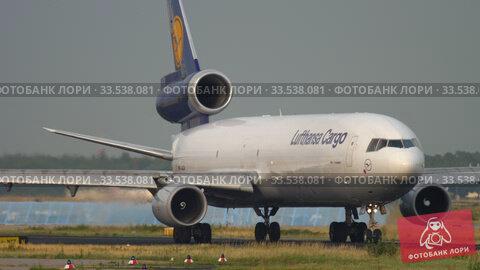 Купить «Lufthansa Cargo MD-11 taxiing before departure», видеоролик № 33538081, снято 19 июля 2017 г. (c) Игорь Жоров / Фотобанк Лори