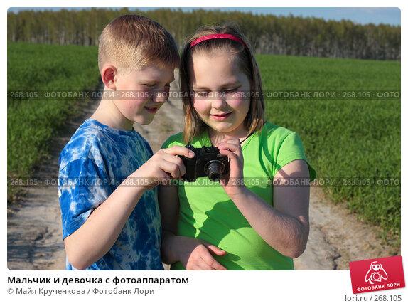 Мальчик и девочка с фотоаппаратом, фото № 268105, снято 26 апреля 2008 г. (c) Майя Крученкова / Фотобанк Лори